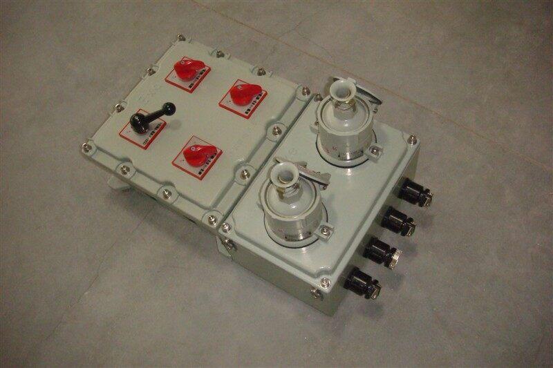 BXS-32A防爆电源插座箱220V/380V订货须知 1、防爆电器方案多样,网上价格不能一一列举,采购时请先与客复人员联系; 2、防爆电器订货时用户须提供具体的电气原理图或接线图,我公司根据用户要求选择相应规格的壳体,出具相应的技术方案,供用户确认后生产; 3、订货时请注明详细型号、规格、防爆标志及数量等; 4、内装元件品牌客户订货时须注明; 5、防爆电器内装的元件满足防爆标准要求时也可由用户自行提供。