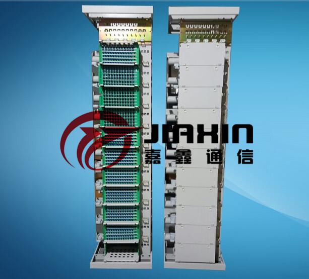 二.三网合一光纤配线架的构造 GPXJ-A型光纤配线架主要由左右立柱、顶框、底框焊接成主机架,配上左右侧板,前后门组成,如正视,后视图示。 三. 三网合一光纤配线的安装 1.拼架: GPXJ-A型光纤配线架在多台机架拼架时,只需用附件中配备的拼架连接板和M5螺钉连接紧固即可,连接位置有4处,如下图所示。 图3 多架相拼示意图 2.顶、底固定: 光缆进入光纤配线架的弯曲半径不小于光缆直径的15倍。机房不设静电地板时,架体底部用M10的膨胀螺栓固定在机房的地坪上,顶部用M10的螺栓与线槽连接,光缆由配线架顶部