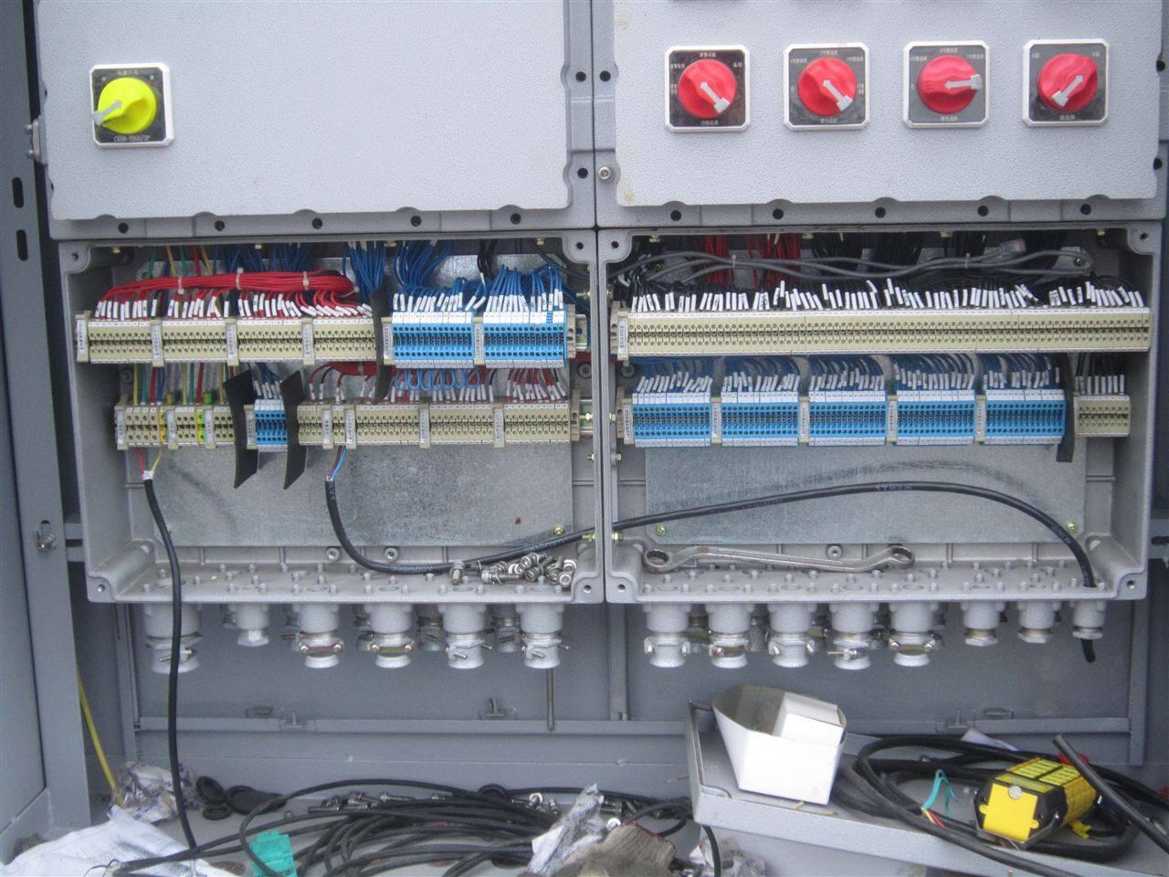 加热泵防爆配电箱/控制箱 适用范围: 1.用于爆炸性气体环境1区、2区; 2.用于A、B、C级爆炸性气体环境; 3.加热泵防爆配电箱/控制箱用于温度组别为T1-T6的环境; 4.用于石油采炼、储存、化工、医药、军工及军事设施等爆炸性危险环境; 5.用于电气控制系统中,作为指令发送及状态监视之用; 6.