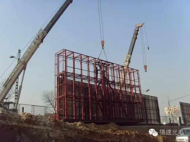led显示屏钢架结构:户外主要有贴墙,立柱,吊装等方式,不同安装方式